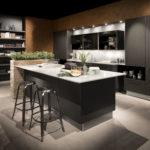 Cuisine industrielle avec étagères rideaux et ilot + meuble Häcker - Cuisines DEBARD