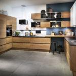 Cuisine en bois sans poignées et meuble rideau blanc - Cuisines DEBARD