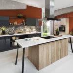 Cuisine brillante avec crédence mosaïque, table de cuisson et ilot - Cuisines DEBARD