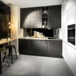 Cuisine bois foncé, colonnes blanches et bar - Cuisines DEBARD