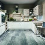 Cuisine blanche et bois poignées profilées avec plan demi colonne, hotte, meubles, rideaux, étagères Nobilia - Cuisines DEBARD