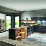 Cuisine noire béton ciré et bois, étagères industrielles + spot et poignées profilées Nobilia - Cuisines DEBARD