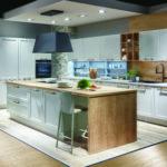 Cuisine blanche à cadre bois + hotte suspendue Nobilia - Cuisines DEBARD