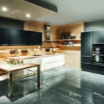Cuisine blanche, bois et noir colonnes suspendues et haute crédence Nobilia - Cuisines DEBARD