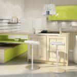 Oca - Cuisines asymétrique bois clair et touches vertes - Cuisines Debard