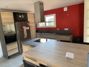 Réalisations Cusines DEBARD - Cuisine avec ilot et hotte plafond moderne et mur rouge