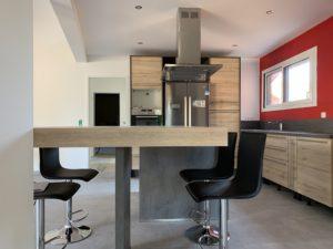 Réalisations Cusines DEBARD - Vue bar avec hotte plafond et bois, électroménager