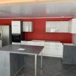 Réalisations Cusines DEBARD - Murs rouges et bar meubles blancs