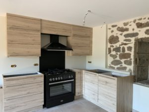 Réalisations Cusines DEBARD - Piano de cuisine et meubles bois dans maison pierre