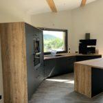Réalisations Cusines DEBARD - Cuisine asymétrique avec ilot bois et décor foncé